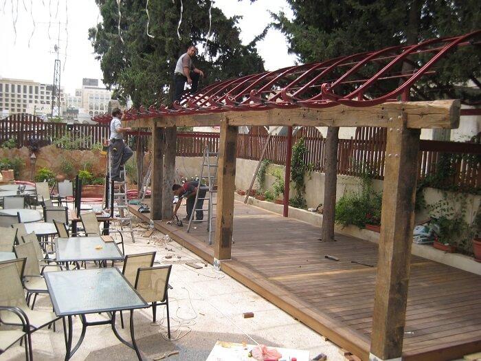 פרגולת עץ עם גג ברזל